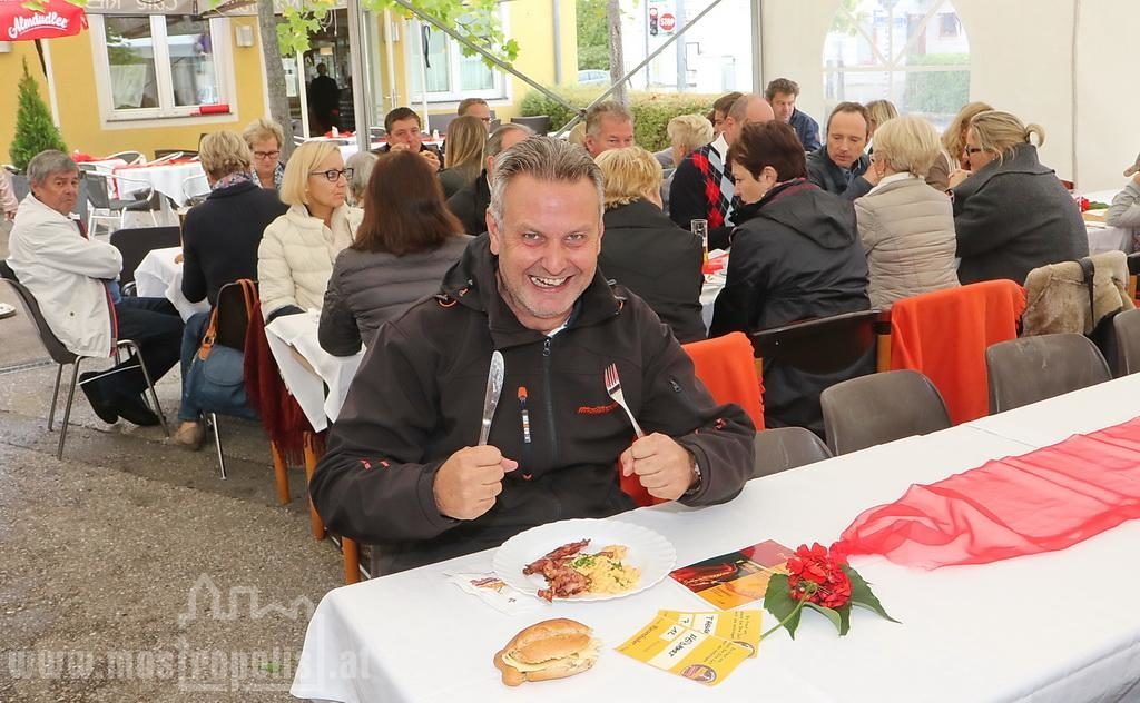 _.._upload_graphics_reports_2015_09_7793_096_Riesenhuber_Baeckerei_JazzBrunch